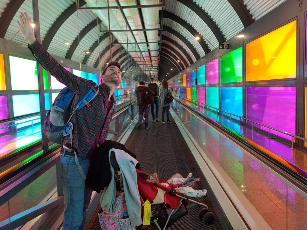 Llevando el carrito por el aeropuerto